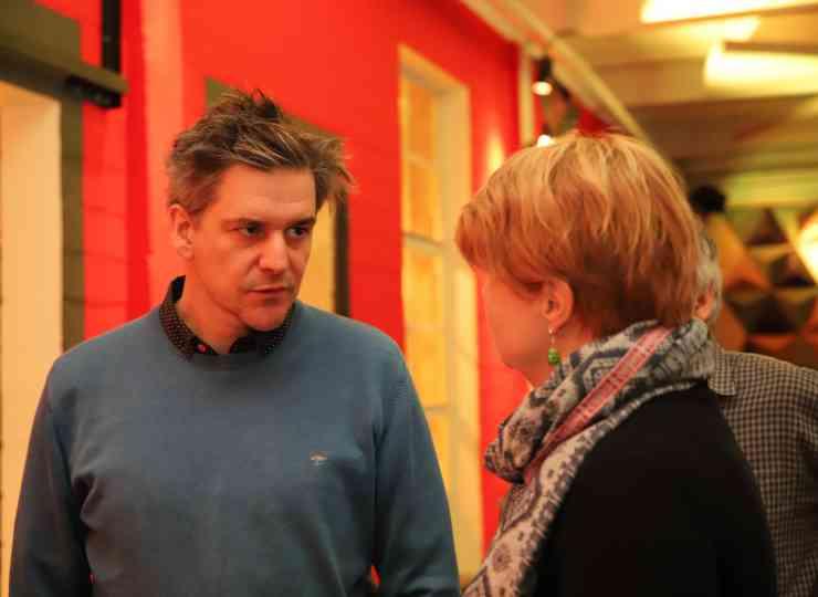 Projektmitarbeiter Gregor Schneider im Gespräch mit einer Teilnehmerin
